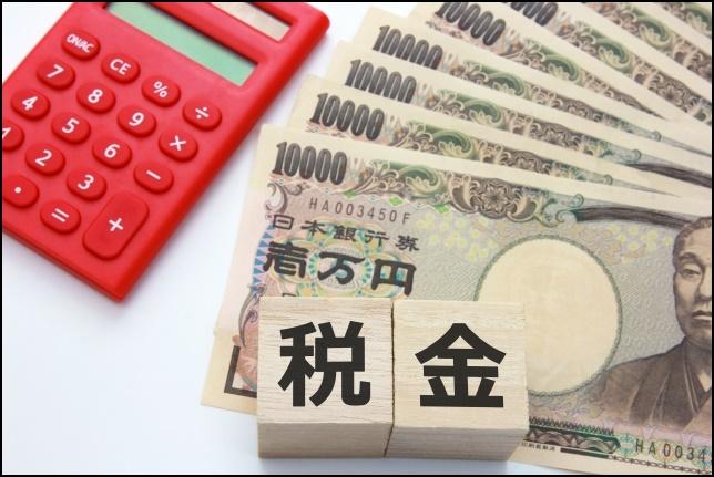 電卓と一万円札と電卓の画像